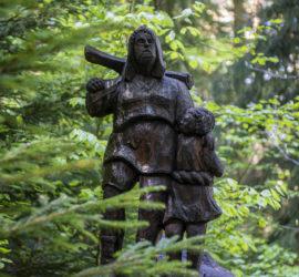 Massif du Jura juin 2019. Sentier des statues. Guillaume Tell. Héros légendaire des mythes fondateurs de la Suisse. Photo: Yves Crozelon