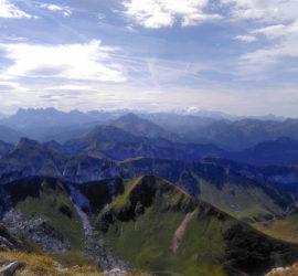 Sortie dans le Chablais juillet 2019. Vue sur les Dents du Midi et le Mont Blanc depuis la Dent d'Oche Photo : Katia Welterlin