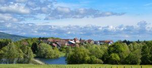 Village de Michelbach et son lac Juillet 2020. Photo: Yves Crozelon