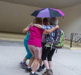 Barbecue rando. 25-07-2021. Danse avec godillots, sac à dos et parapluie. Photo: Yves Crozelon