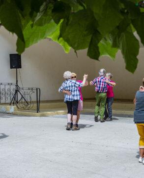 Clairière du Silberthal. 25-07-2021. Quelques randonneurs sur la piste de danse dans une ambiance joyeuse. Photo: Yves Crozelon