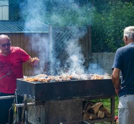 25-07-2021 Les maîtres du barbecue, Henri et Jean-Paul à la clairière du Silbertahl Photo: Yves Crozelon